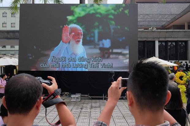 Hàng nghìn người dân cùng học sinh xếp hàng dài vào tiễn biệt thầy Văn Như Cương về cõi vĩnh hằng - Ảnh 6.