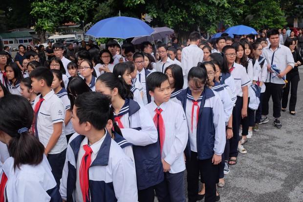 Hàng nghìn người dân cùng học sinh xếp hàng dài vào tiễn biệt thầy Văn Như Cương về cõi vĩnh hằng - Ảnh 1.