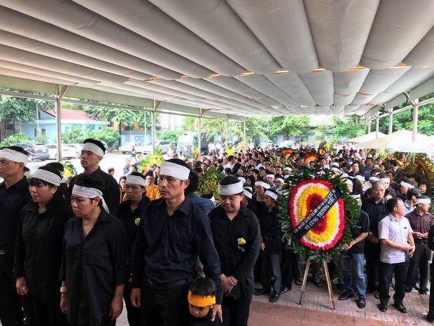 Hàng nghìn người dân cùng học sinh xếp hàng dài vào tiễn biệt thầy Văn Như Cương về cõi vĩnh hằng - Ảnh 5.