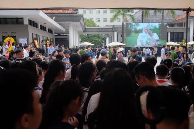 Hàng nghìn người dân cùng học sinh xếp hàng dài vào tiễn biệt thầy Văn Như Cương về cõi vĩnh hằng - Ảnh 4.