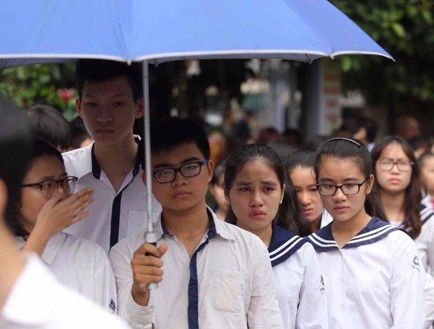 Hàng nghìn người dân cùng học sinh xếp hàng dài vào tiễn biệt thầy Văn Như Cương về cõi vĩnh hằng - Ảnh 3.