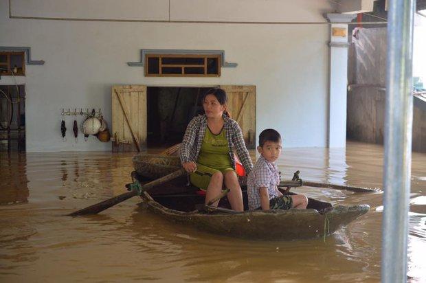 Chùm ảnh: Nhà ngập sâu đến ngang cửa, người dân Ninh Bình dùng chậu nhôm, ghế gỗ chèo thuyền đi lại trong ngõ - Ảnh 5.
