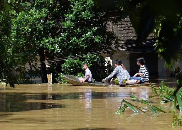 Chùm ảnh: Nhà ngập sâu đến ngang cửa, người dân Ninh Bình dùng chậu nhôm, ghế gỗ chèo thuyền đi lại trong ngõ - Ảnh 6.