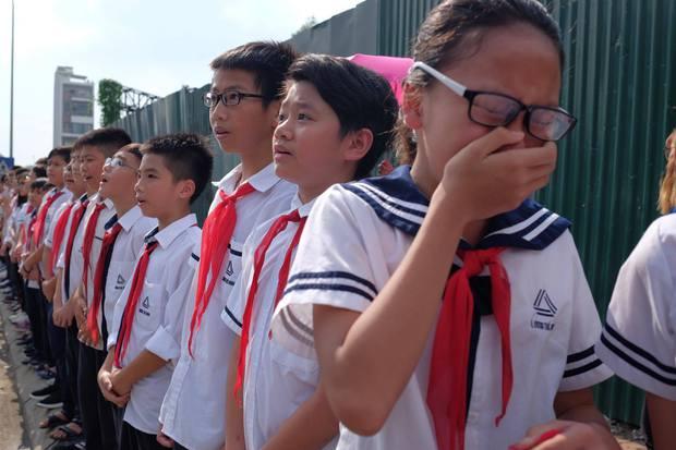 Hàng nghìn học sinh Lương Thế Vinh đứng hai bên đường tiễn đưa đoàn xe chở linh cữu thầy Văn Như Cương về nơi an nghỉ cuối cùng - Ảnh 44.