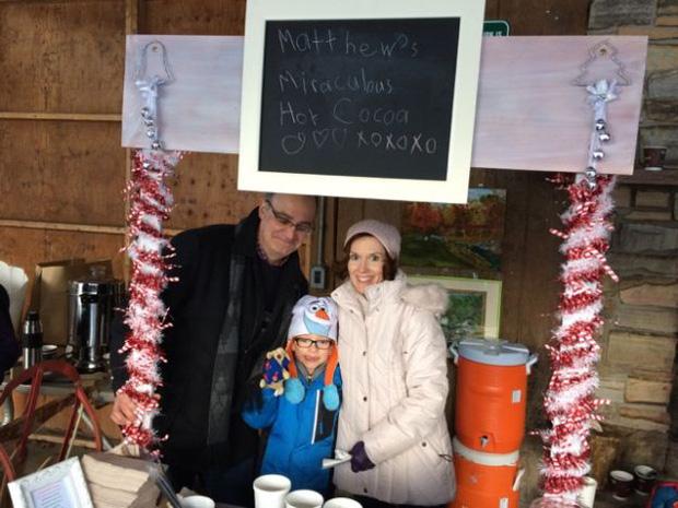 Quầy cacao nóng đặc biệt của cậu bé 6 tuổi khiến hàng trăm người dù trời lạnh cũng xếp hàng đợi mua - Ảnh 4.
