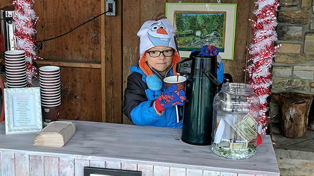 Quầy cacao nóng đặc biệt của cậu bé 6 tuổi khiến hàng trăm người dù trời lạnh cũng xếp hàng đợi mua - Ảnh 5.