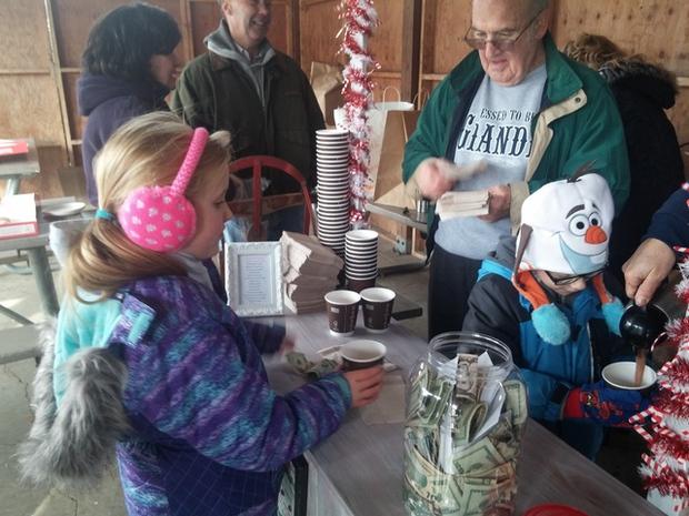 Quầy cacao nóng đặc biệt của cậu bé 6 tuổi khiến hàng trăm người dù trời lạnh cũng xếp hàng đợi mua - Ảnh 7.