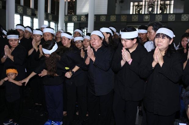 Hàng nghìn học sinh Lương Thế Vinh đứng hai bên đường tiễn đưa đoàn xe chở linh cữu thầy Văn Như Cương về nơi an nghỉ cuối cùng - Ảnh 6.