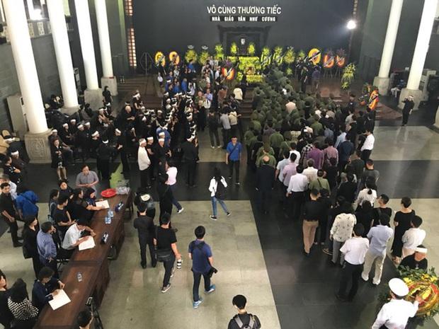 Hàng nghìn học sinh Lương Thế Vinh đứng hai bên đường tiễn đưa đoàn xe chở linh cữu thầy Văn Như Cương về nơi an nghỉ cuối cùng - Ảnh 18.