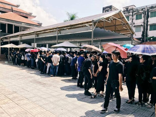 Hàng nghìn học sinh Lương Thế Vinh đứng hai bên đường tiễn đưa đoàn xe chở linh cữu thầy Văn Như Cương về nơi an nghỉ cuối cùng - Ảnh 26.