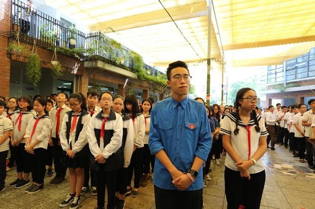 Hàng nghìn học sinh Lương Thế Vinh đứng hai bên đường tiễn đưa đoàn xe chở linh cữu thầy Văn Như Cương về nơi an nghỉ cuối cùng - Ảnh 35.