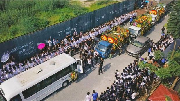 Hàng nghìn học sinh Lương Thế Vinh đứng hai bên đường tiễn đưa đoàn xe chở linh cữu thầy Văn Như Cương về nơi an nghỉ cuối cùng - Ảnh 36.