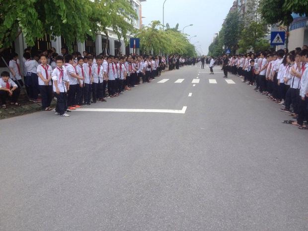 Hàng nghìn học sinh Lương Thế Vinh đứng hai bên đường tiễn đưa đoàn xe chở linh cữu thầy Văn Như Cương về nơi an nghỉ cuối cùng - Ảnh 47.