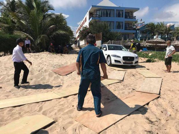 Clip: Kỷ niệm 4 năm ngày cưới, đại gia Minh Nhựa mang chiếc Jaguar XF gần 4 tỷ đồng ra bãi biển Phan Thiết làm quà tặng vợ - Ảnh 3.