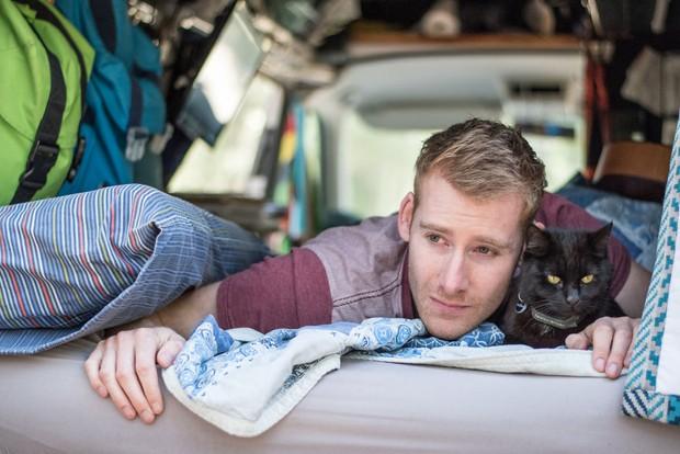 Bán nhà cửa rồi bỏ việc, chàng trai trẻ dắt mèo cưng đi du lịch vòng quanh đất nước suốt 2,5 năm - Ảnh 1.