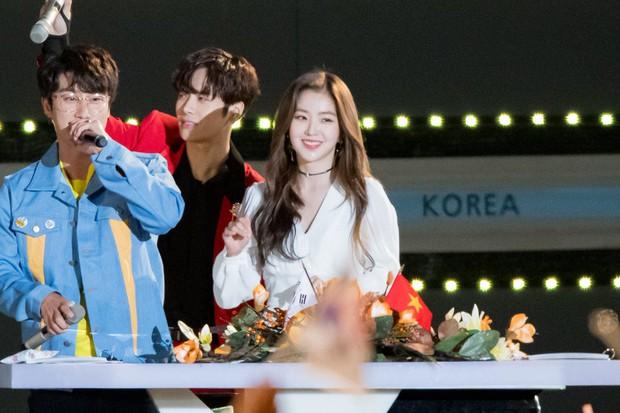 Rapper San E nhận gạch đá vì liên tục quấy rối nữ thần trong sáng Irene (Red Velvet) trên sân khấu lớn - Ảnh 1.