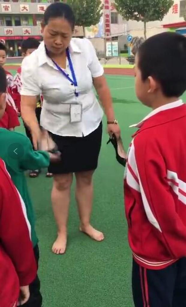 Clip: Giáo viên tiểu học cầm giày cao gót đánh rồi đạp học sinh khiến nhiều người bức xúc - Ảnh 1.