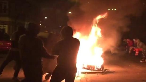 Châm lửa thiêu đốt đường phố, ném đá cảnh sát: Khi lễ hội Halloween vượt xa ranh giới của những trò đùa vô hại - Ảnh 2.