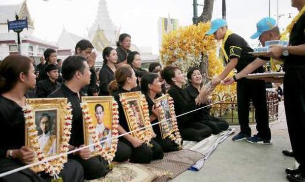 Thái Lan: Quân đội nấu ăn cho người dân đến viếng Quốc vương - Ảnh 1.