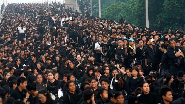 Thái Lan: Quân đội nấu ăn cho người dân đến viếng Quốc vương - Ảnh 2.