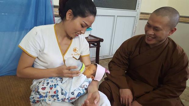 Hưng Yên: Phát hiện bé sơ sinh bị bỏ rơi sau tượng phật cùng lá thư nhờ nuôi hộ - Ảnh 1.