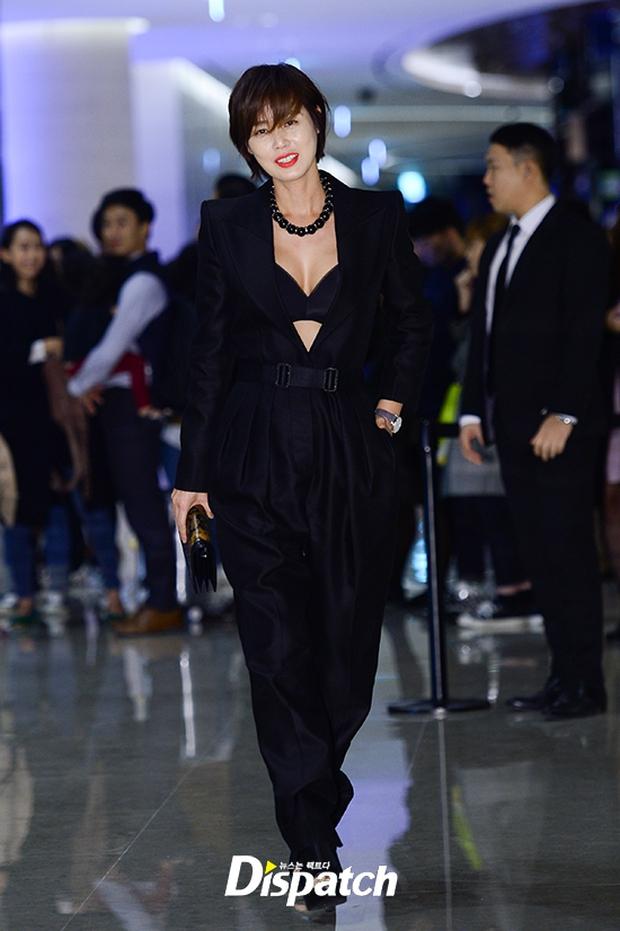 """Sự kiện hiếm có: """"Mẹ Kim Tan"""" Kim Sung Ryung hở bạo, cùng dàn mỹ nhân không tuổi thay nhau """"đè bẹp"""" các nhan sắc đàn em - Ảnh 1."""