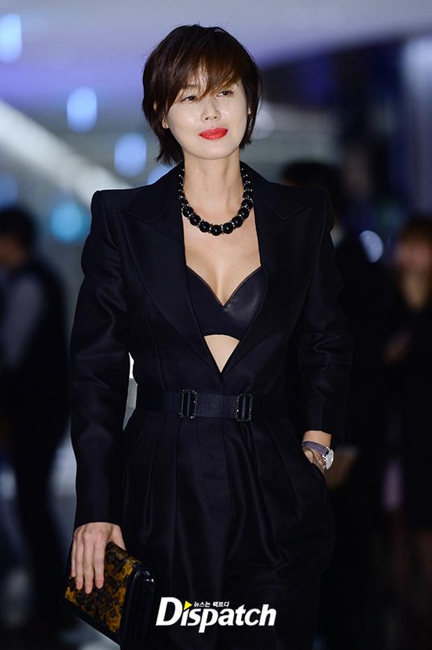 """Sự kiện hiếm có: """"Mẹ Kim Tan"""" Kim Sung Ryung hở bạo, cùng dàn mỹ nhân không tuổi thay nhau """"đè bẹp"""" các nhan sắc đàn em - Ảnh 2."""