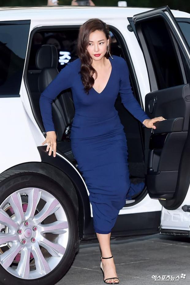 """Thảm đỏ The Seoul Awards: """"Hoa hậu Hàn đẹp nhất thế giới"""" chiếm hết spotlight, Yoona (SNSD) liên tục dùng tay che vòng 1 khiêm tốn - Ảnh 2."""
