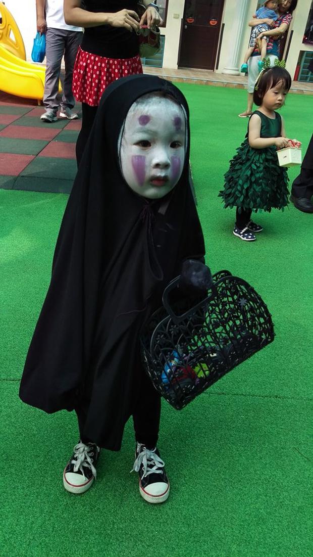 """Chán""""Con ma Vô Diện"""", chị em nhà cô bé Meng Meng diện ngay trang phục thần chết trong Death Note cực kì ấn tượng - Ảnh 1."""