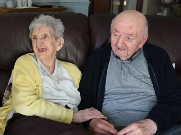 Mẹ già trăm tuổi dọn vào viện dưỡng lão để chăm sóc con trai 80 tuổi: Làm mẹ là một việc không bao giờ ngừng! - Ảnh 1.