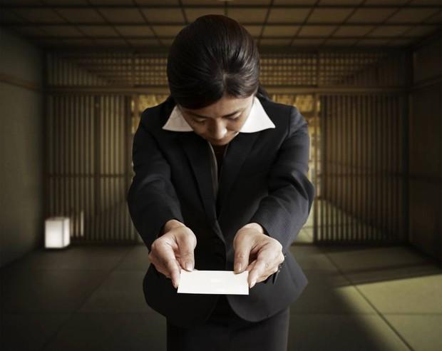Văn hóa danh thiếp Nhật Bản: Không chỉ cứ đưa và nhận là xong đâu, phải ghi nhớ cả 1001 điều này đấy! - Ảnh 1.