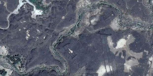 Bí ẩn những hàng rào đá ngàn năm tuổi ở vùng sa mạc Saudi Arabia được phát hiện qua Google Earth - Ảnh 1.