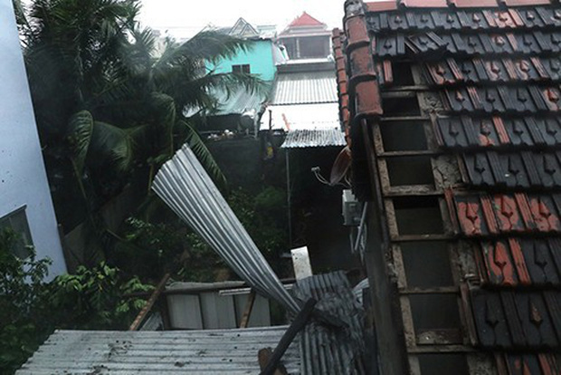 Bão số 12 đã đổ bộ vào đất liền: Hàng nghìn nhà dân ở Khánh Hòa bị sập tường, bay mái - Ảnh 2.