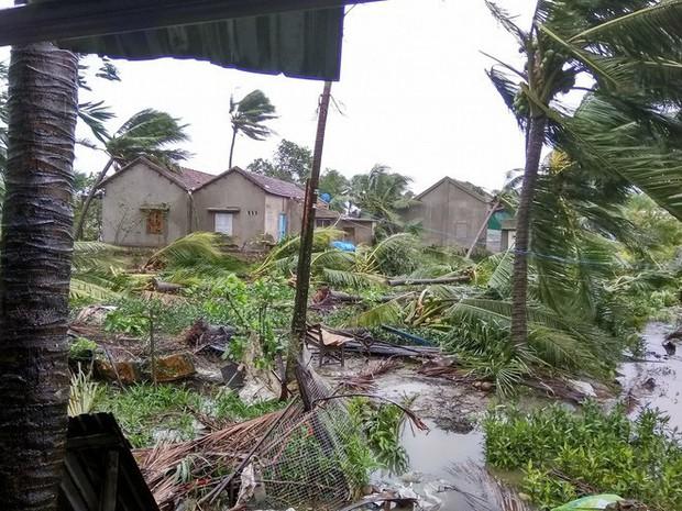 Bão số 12 đã đổ bộ vào đất liền: Hàng nghìn nhà dân ở Khánh Hòa bị sập tường, bay mái - Ảnh 1.