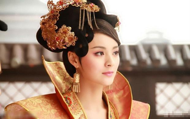 Nàng phi xảo trá có làn da tỏa hương hoa, bị Hoàng đế ép làm chiến lợi phẩm cho bao người chiêm ngưỡng - Ảnh 1.