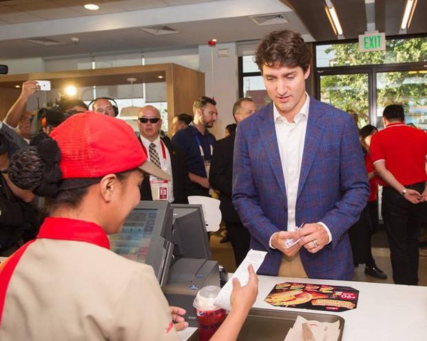 Thủ tướng điển trai Justin Trudeau đi mua gà rán, nước dâu tây và vui vẻ selfie với người hâm mộ tại Philippines - Ảnh 1.