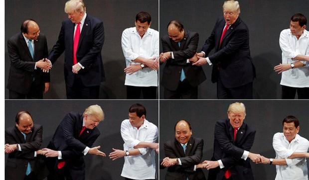 Tổng thống Mỹ Donald Trump lúng túng khi bắt tay chéo - Ảnh 2.