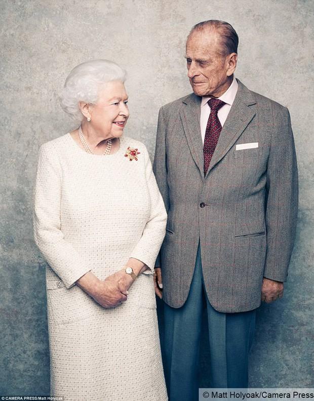 Dù 70 năm trôi qua, Nữ hoàng Elizabeth và Hoàng thân Philip vẫn hạnh phúc trong bộ ảnh kỷ niệm ngày cưới - Ảnh 1.