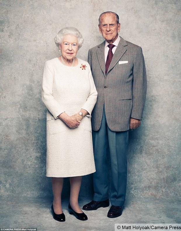 Dù 70 năm trôi qua, Nữ hoàng Elizabeth và Hoàng thân Philip vẫn hạnh phúc trong bộ ảnh kỷ niệm ngày cưới - Ảnh 2.