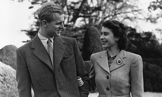 Dù 70 năm trôi qua, Nữ hoàng Elizabeth và Hoàng thân Philip vẫn hạnh phúc trong bộ ảnh kỷ niệm ngày cưới - Ảnh 4.