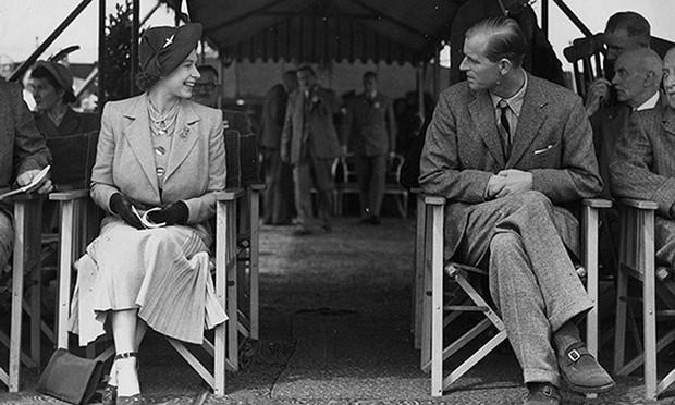 Dù 70 năm trôi qua, Nữ hoàng Elizabeth và Hoàng thân Philip vẫn hạnh phúc trong bộ ảnh kỷ niệm ngày cưới - Ảnh 5.