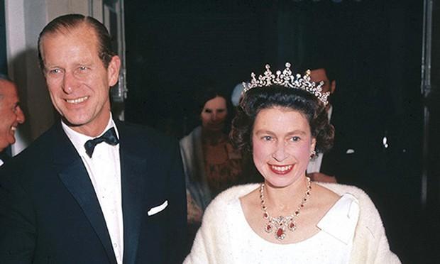 Dù 70 năm trôi qua, Nữ hoàng Elizabeth và Hoàng thân Philip vẫn hạnh phúc trong bộ ảnh kỷ niệm ngày cưới - Ảnh 6.