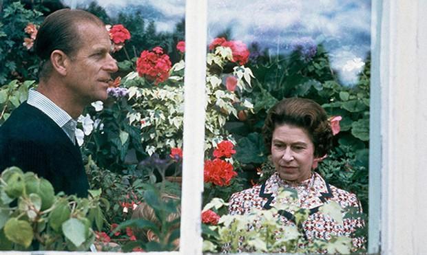 Dù 70 năm trôi qua, Nữ hoàng Elizabeth và Hoàng thân Philip vẫn hạnh phúc trong bộ ảnh kỷ niệm ngày cưới - Ảnh 8.
