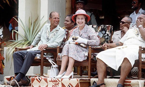 Dù 70 năm trôi qua, Nữ hoàng Elizabeth và Hoàng thân Philip vẫn hạnh phúc trong bộ ảnh kỷ niệm ngày cưới - Ảnh 12.