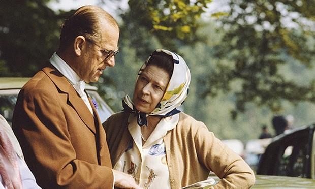 Dù 70 năm trôi qua, Nữ hoàng Elizabeth và Hoàng thân Philip vẫn hạnh phúc trong bộ ảnh kỷ niệm ngày cưới - Ảnh 13.
