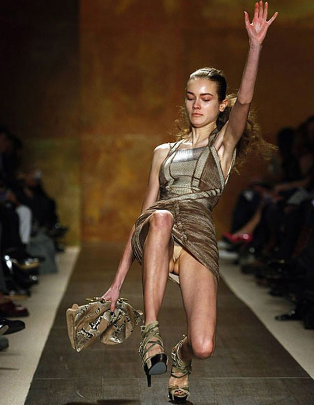 Cười rớt hàm 500 pha ngã sấp mặt của người mẫu sàn catwalk khiến khán giả ngao ngán: Cô là ai, cô đi ra đi! - Ảnh 2.