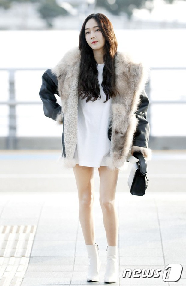 Jessica trở lại thời kỳ đỉnh cao nhan sắc nhưng lại lộ chân tong teo, Sunmi cùng dàn sao Hàn đổ bộ sân bay - Ảnh 1.