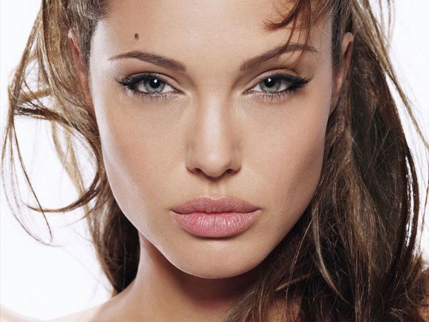 Cô gái phẫu thuật thẩm mỹ hơn 50 lần để nhìn giống Angelina Jolie, kết quả trả về gia tinh Dobby - Ảnh 1.