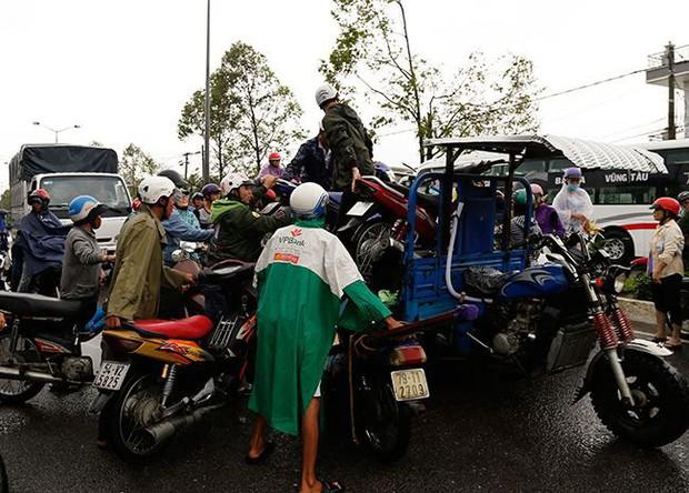 Mưa lớn kéo dài 2 ngày, nhiều khu vực tại thành phố Nha Trang ngập sâu - Ảnh 7.