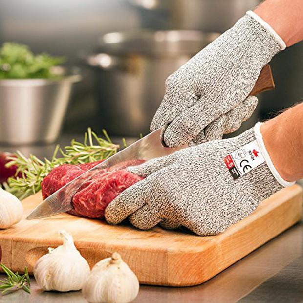 Sắm đôi găng làm bếp này thì có đút nhầm tay vào máy xay sinh tố cũng chả sao hết - Ảnh 1.